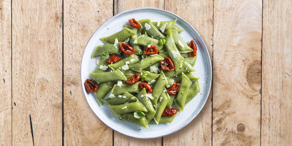 Pennette fresce ripiene basilico genovese DOP con pomodorini confit, parmigiano reggiano e basilico