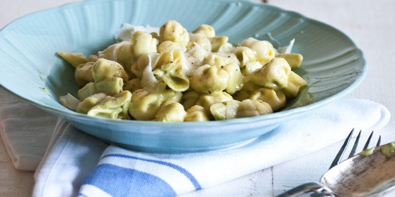 Perline al parmigiano reggiano con maionese di fave, pecorino e miele ai fiori d'arancio
