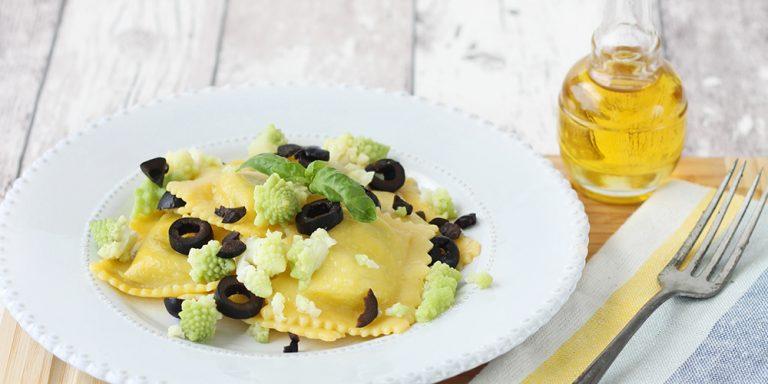 Raviolini ricotta e spinaci senza glutine con broccolo romanesco e olive