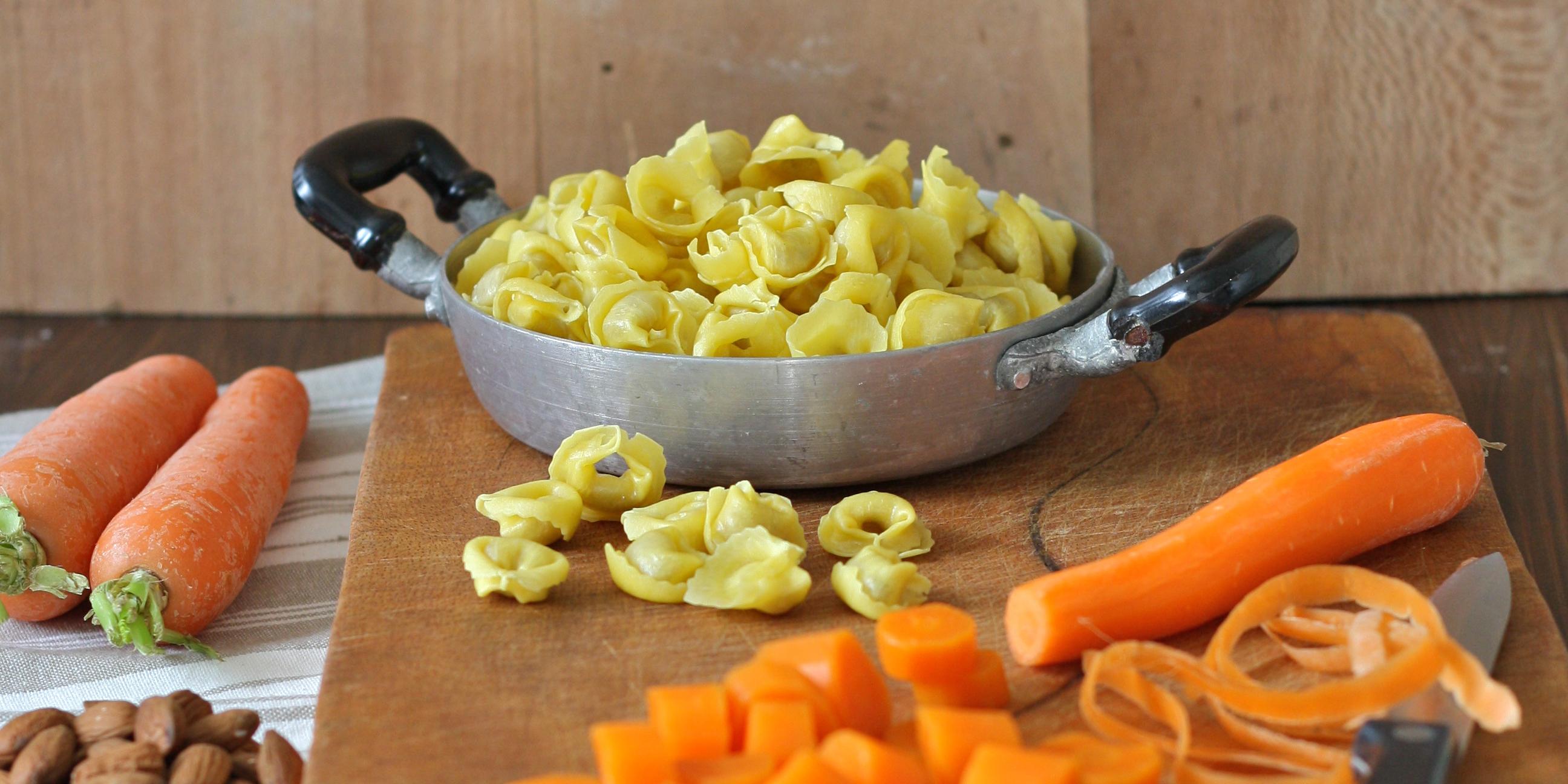 Tortellini al prosciutto crudo con vellutata di carote, curcuma e mandorle