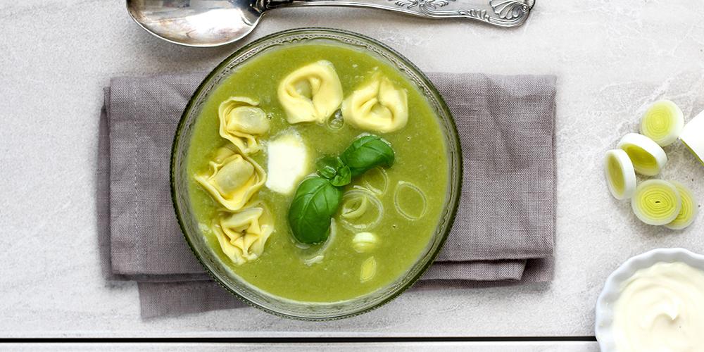 Tortellini ricotta e spinaci con crema di porri e panna acida