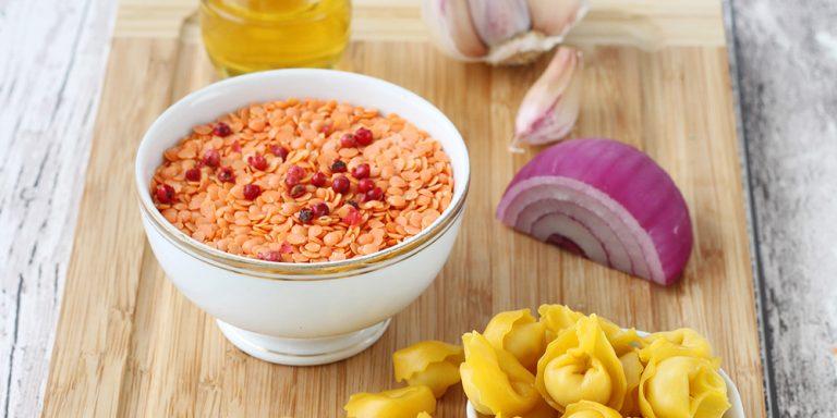 Tortellini al prosciutto crudo senza glutine con crema speziata di lenticchie rosse
