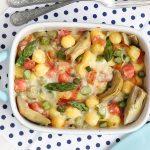 Gnocchi al forno gratinati: le nostre chicche tricolore con asparagi, carciofi e speck