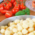 Chicche di patate salate con scampi e pomodorini caramellati