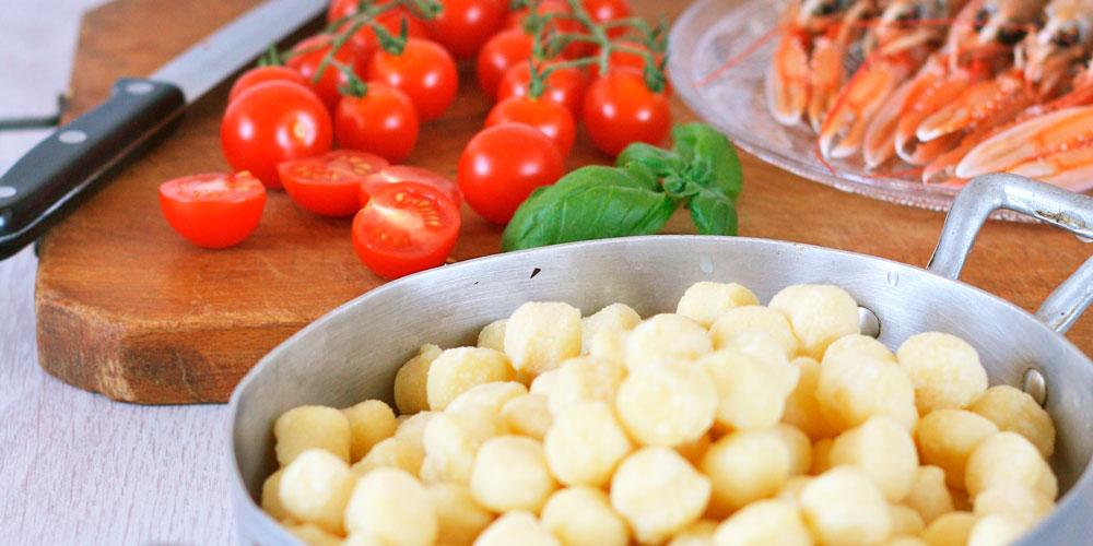 Chicche di patate saltate con scampi e pomodorini caramellati