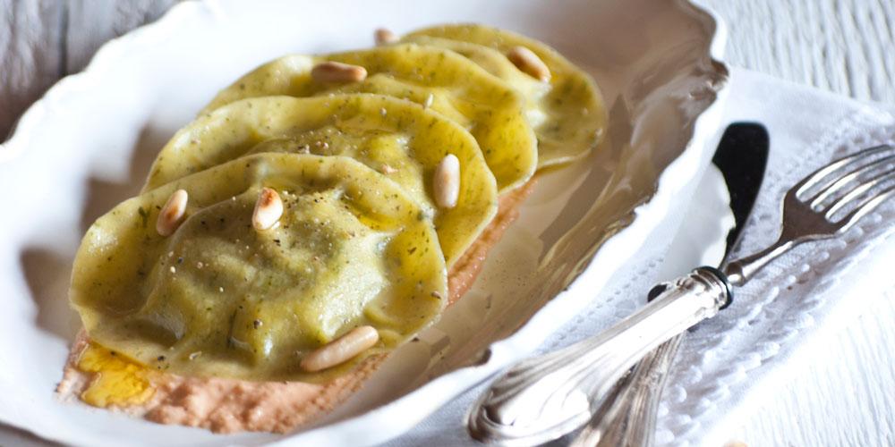 Medaglioni basilico e pinoli con pesto di caprino e pomodorini secchi con pinoli tostati