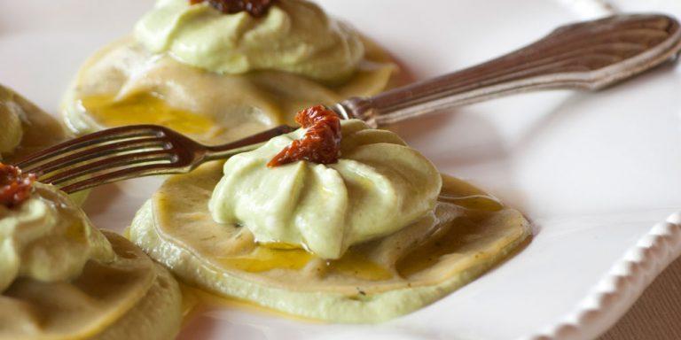 Medaglioni ripieni basilico e pinoli con mousse di piselli e yogurt greco e pomodorini canditi
