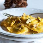 Raviolini con ricotta e spinaci senza glutine al pesto caldo di zucca e sesamo con pistacchi