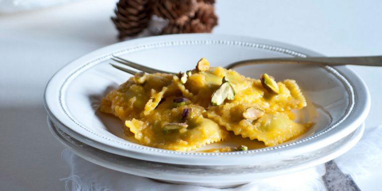 Ravioloni con ricotta e spinaci senza glutine al pesto caldo di zucca e sesamo con pistacchi