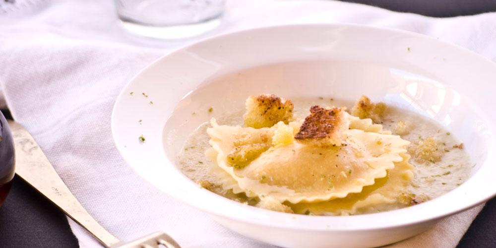 Granpanzerotti gamberi e polpa di granchio con velouté di cipolle al lime e briciole tostate alla colatura di alici
