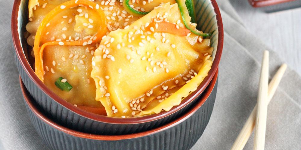 Granpanzerotti gamberi e polpa di granchio con verdure glassate alla salsa di soia, zenzero e sesamo