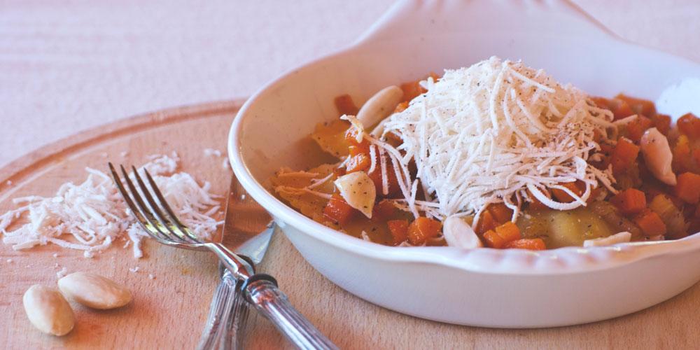 Granpanzerotti ricotta, spinaci e scorza di limone con ragout di carote, mandorle e ricotta salata