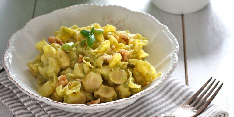 Perline al Parmigiano Reggiano con pesto di fave e noci
