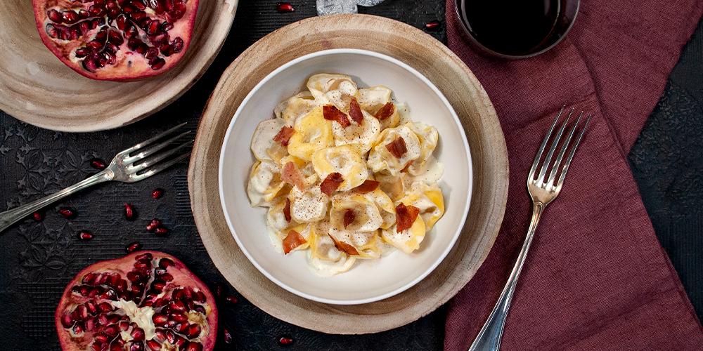 Tortellini al Prosciutto Crudo con crema di mascarpone, noce moscata, gocce di crescenza e prosciutto croccante
