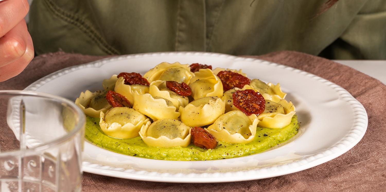 Tortellini Ricotta e Spinaci con crema di avocado e pomodorini confit