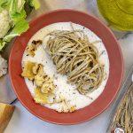 Un primo piatto autunnale di pasta al tartufo: Tagliolini al tartufo con chips di cavolfiore e fonduta di Parmigiano